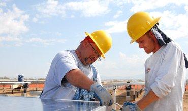 trabajadores montando ascensor
